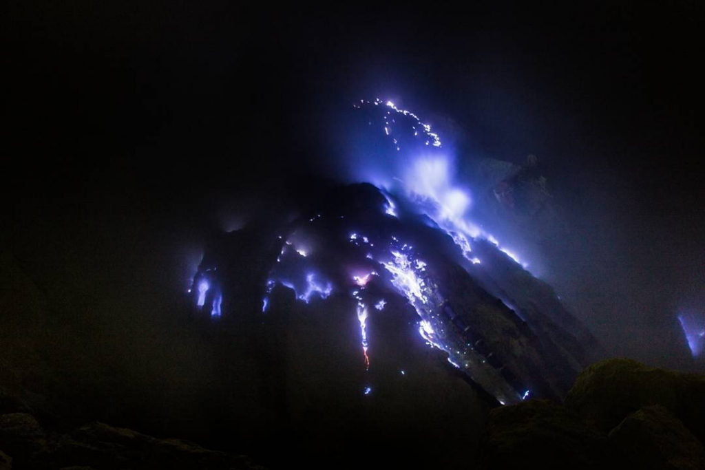 Ijen crater blue fire|Kawah Ijen blue fire