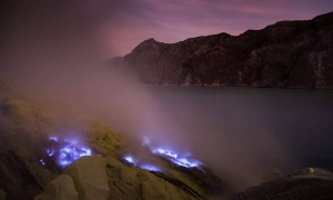 Why does Kawah Ijen have blue lava or Blue fire